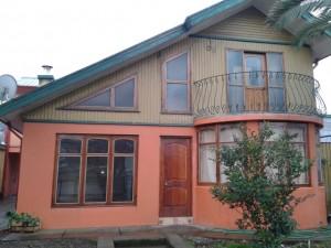 bonita casa muy amplia central 215/338 m2. penco